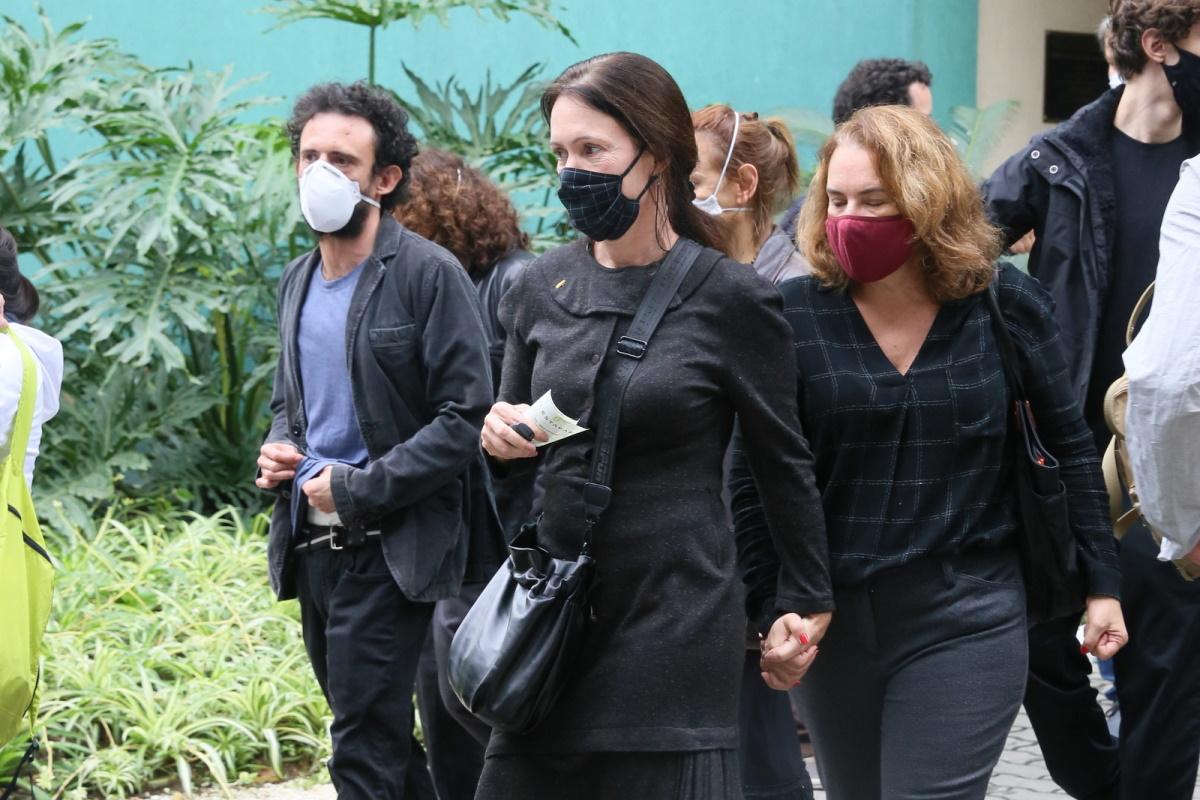 Bel Kutner e Ana Kutner no velorio do ator Paulo Jose