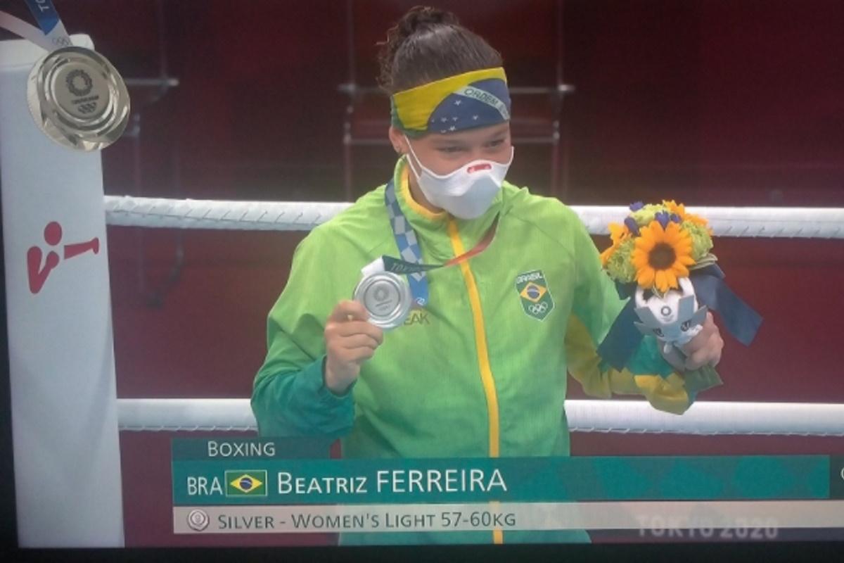 Beatriz Ferreira mostrando medalha de prata