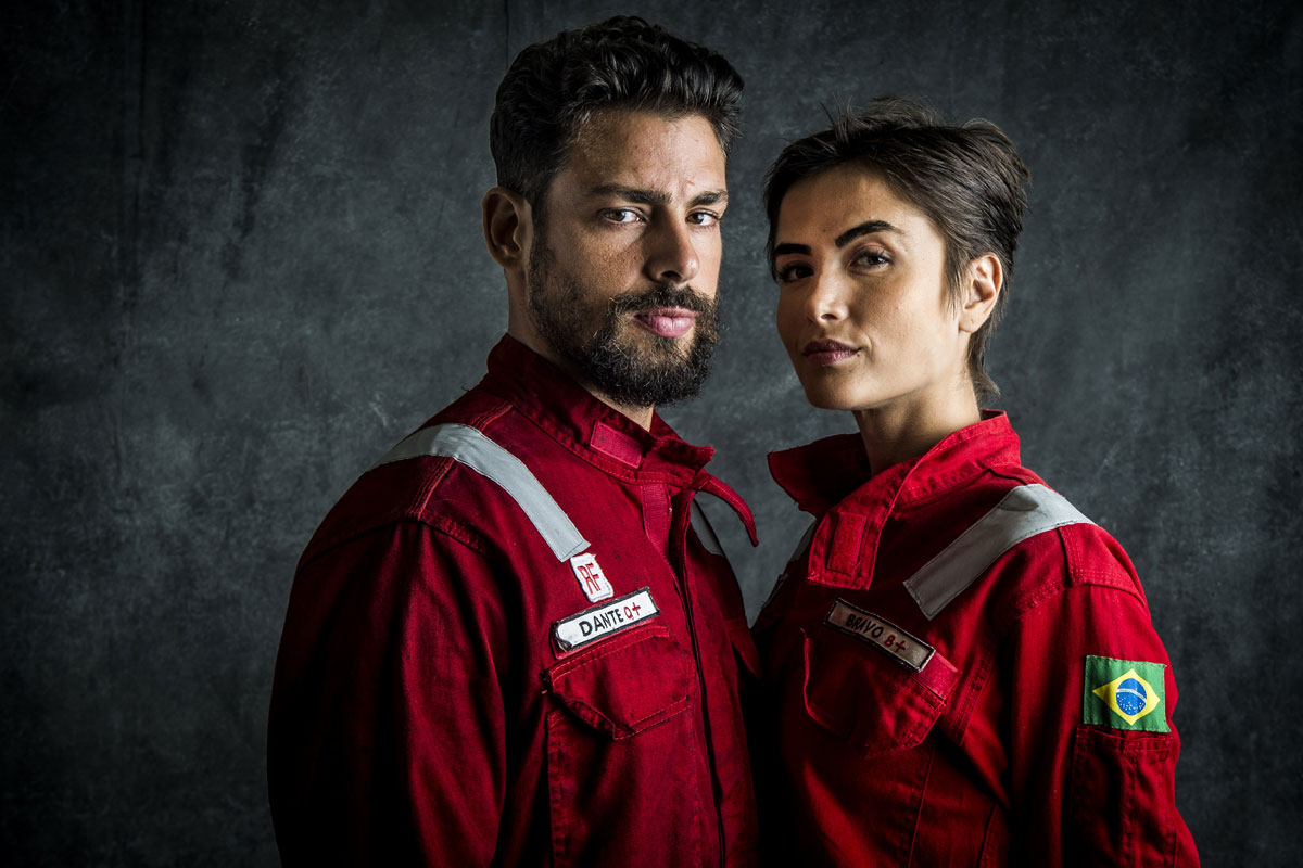Foto de Cauã Reymond e Maria Casadevall caracterizados como personagens de Ilha de Ferro
