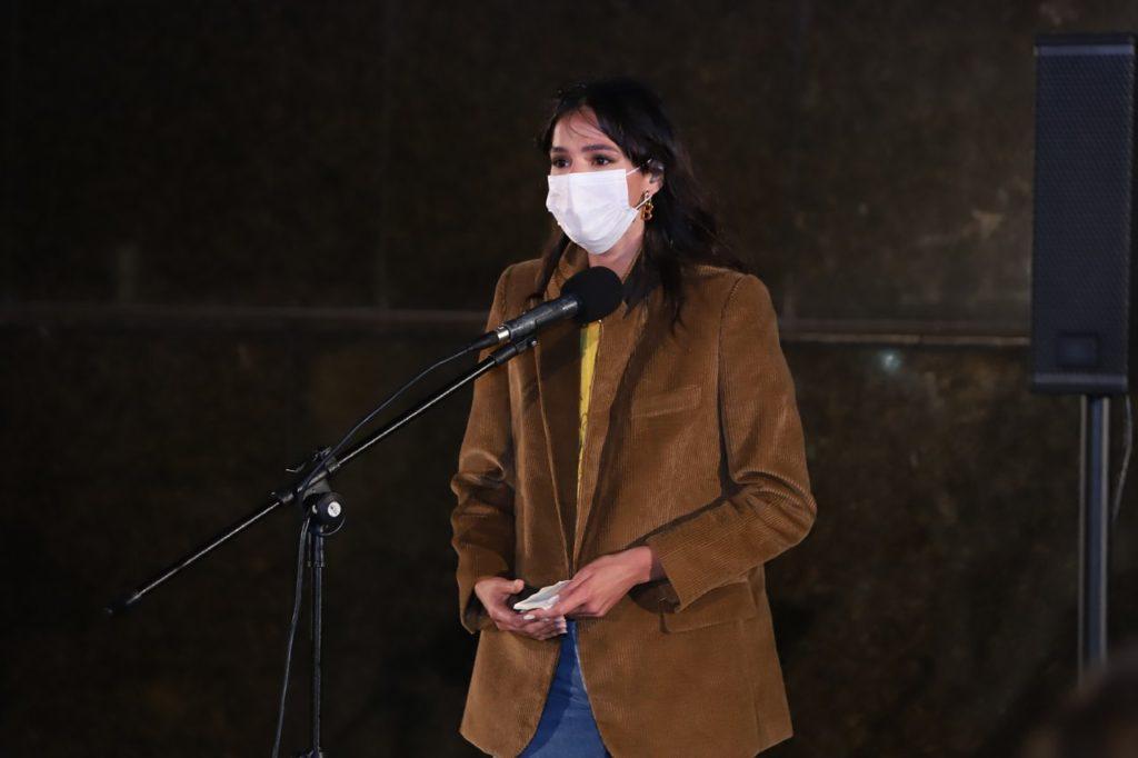 Bruna Marquezine falando ao microfone