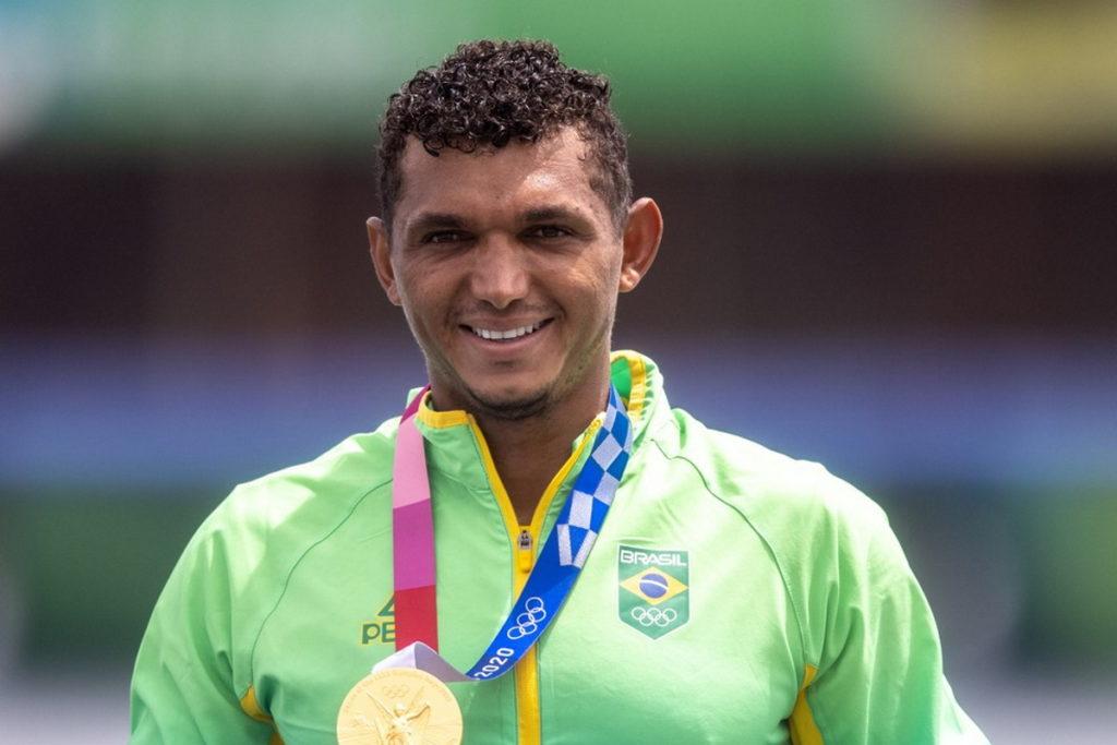 Izaquias Queiroz com medalha de ouro