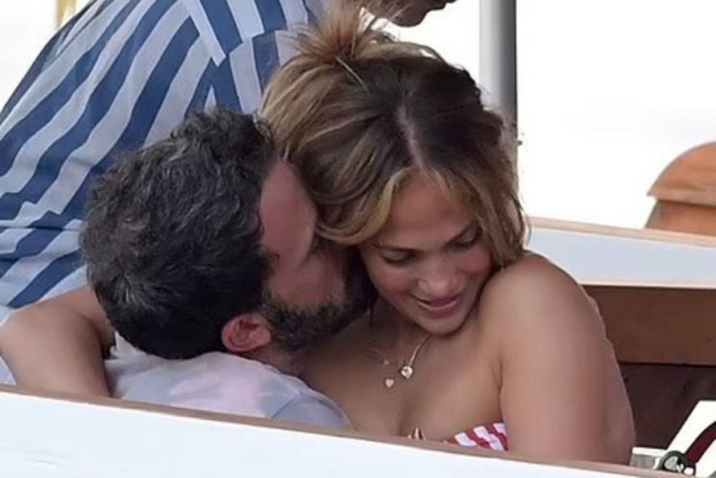 Sentada no colo do namorado a cantora não escondia o clima quente que impera entre eles.