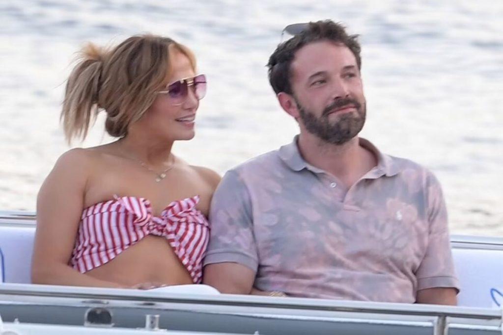 Inseparáveis! Jennifer Lopez e Ben Affleck não conseguiam desgrudar as mãos um do outro enquanto desfrutavam de uma parada romântica em Nerano, Itália