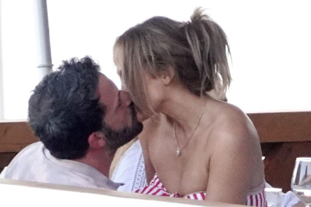 Entre uma garfada e outra, abraços quentes e beijos apaixonados.