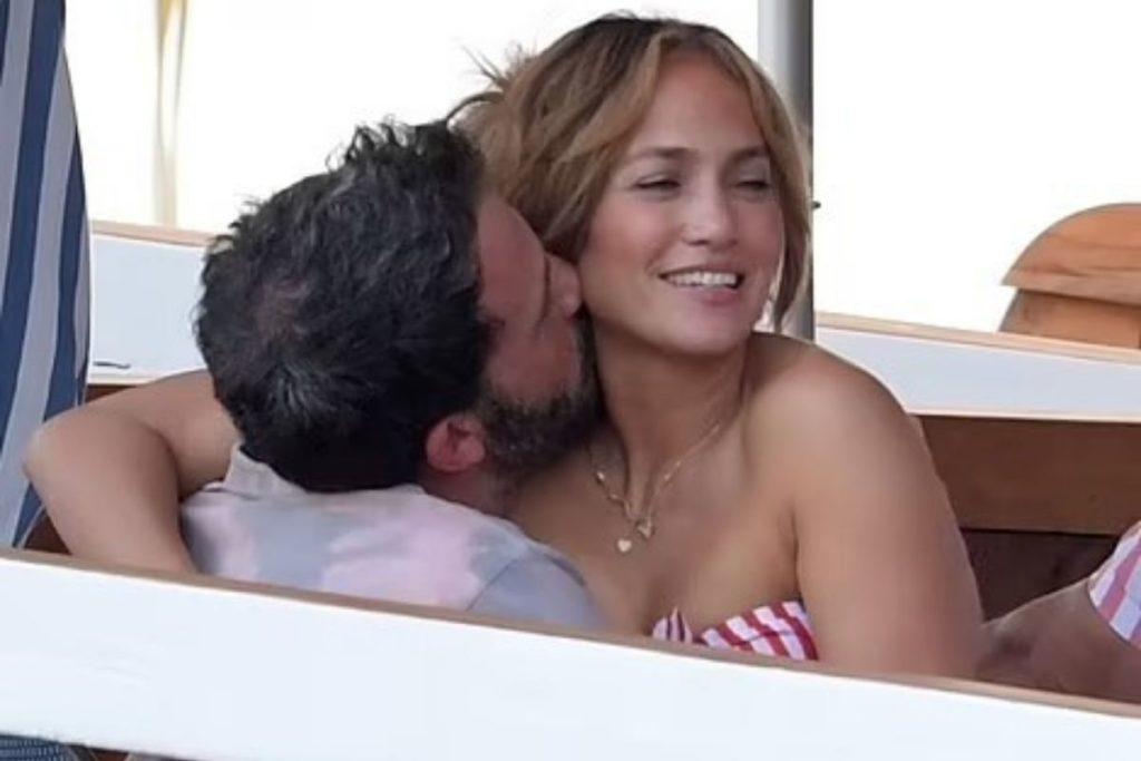 Brilho nos olhos: a reconciliação fez bem para os dois pombinhos. Jennifer se mostra radiante ao lado de seu amado.