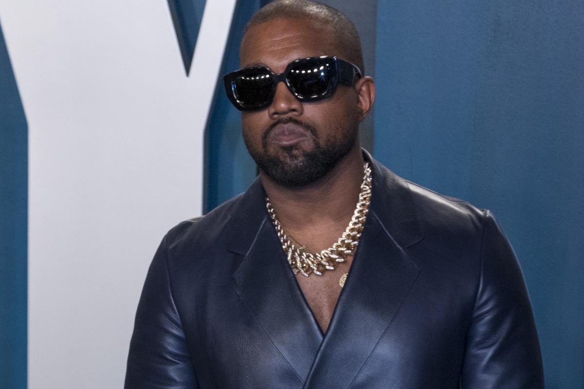 Kanye West de terno