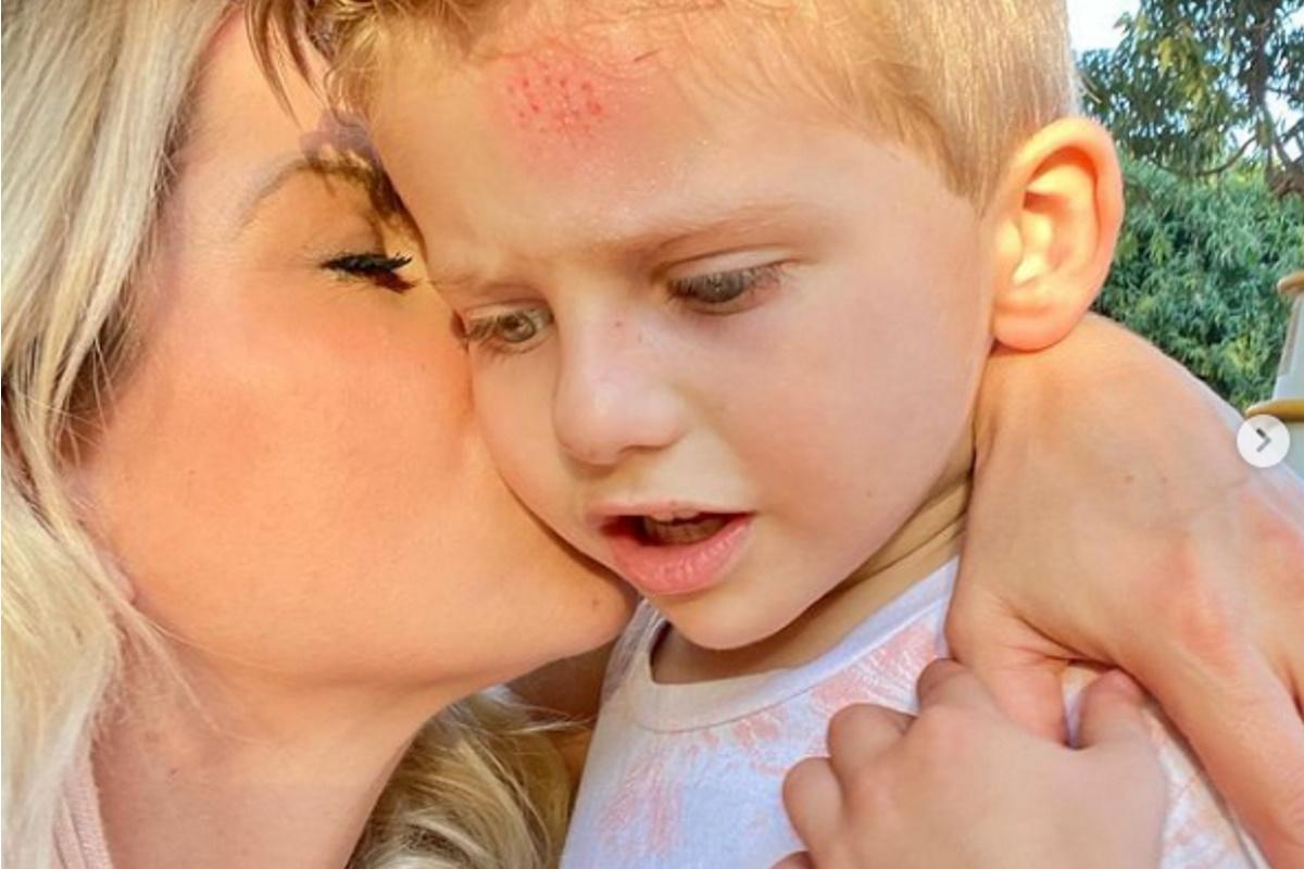 Karina Bacchi beija rosto de Enrico