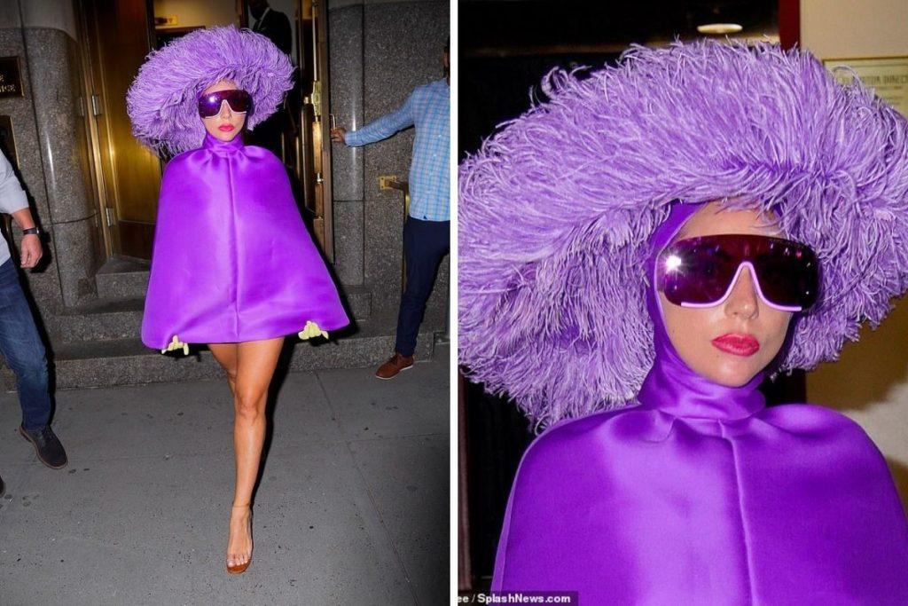 Lady Gaga vai de poncho lilás e chapéu de penas ao ensaio para os shows com Tony Bennett
