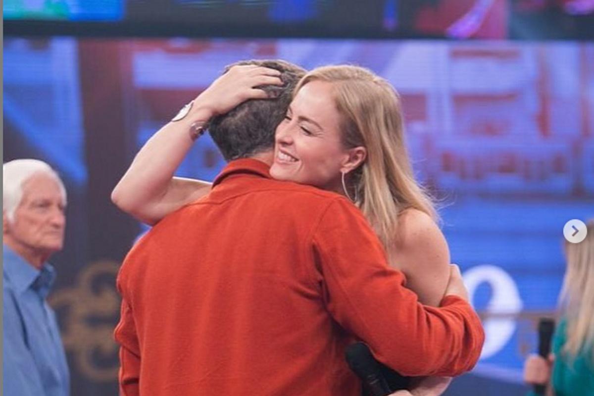 Luciano Huck abracado com Angelica