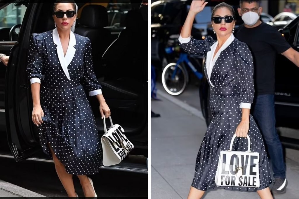 Lady Gaga usando uma bolsa com os dizeres 'Love For Sale'
