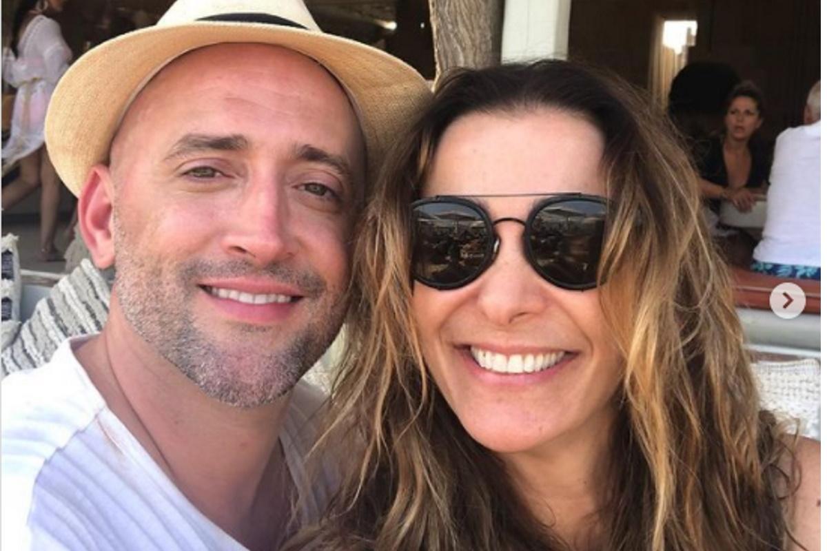 Paulo Gustavo e Monica Martelli sorrindo