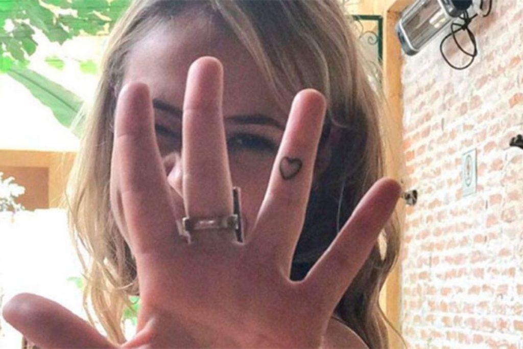 O coração tatuado no dedo de Paolla Oliveira.