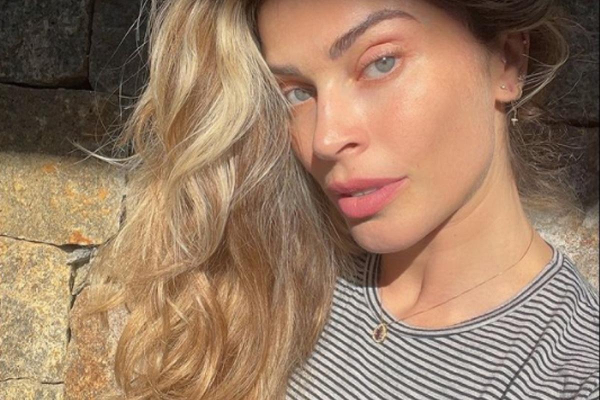 Grazi Massafera faz selfie cabelo solto