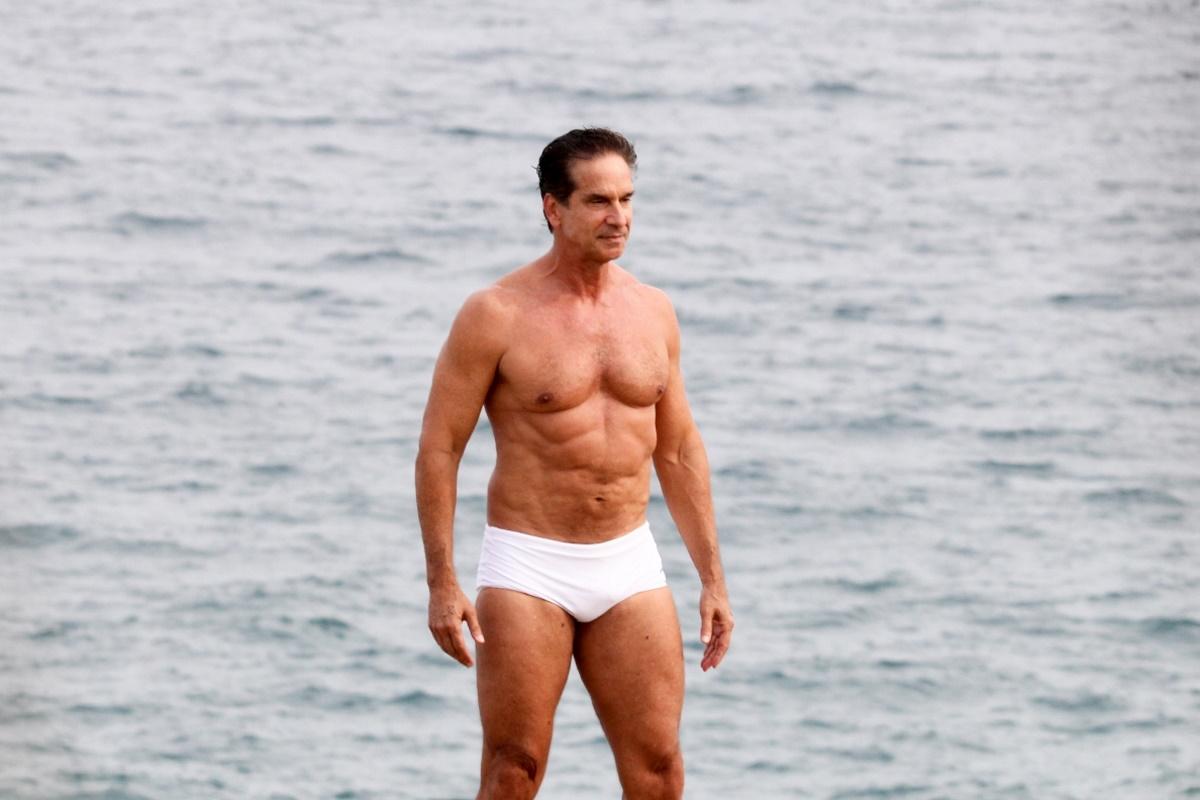 Victor Fasano de sunga branca na praia