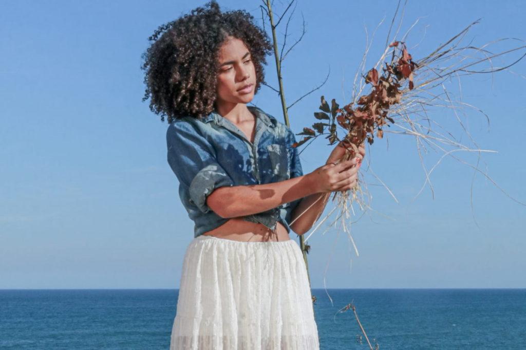Alana Cabral segurando flores