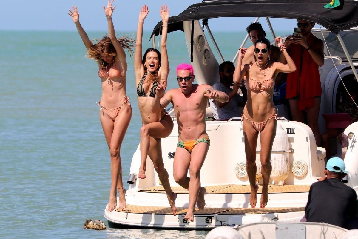 Alessandra Ambrósio pulando na água com Matheus Mazzafera e Fernanda Motta