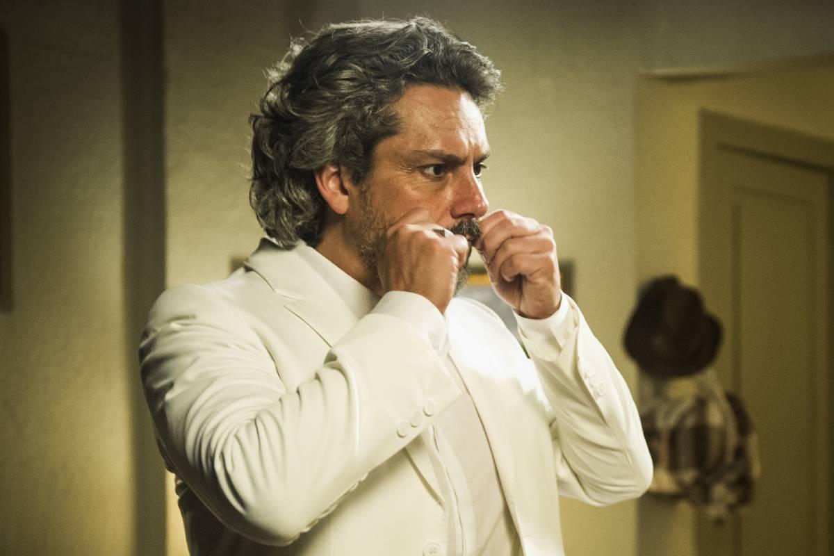 alexandre nero como o comendador josé alfredo de terno branco e mexendo no bigode em império