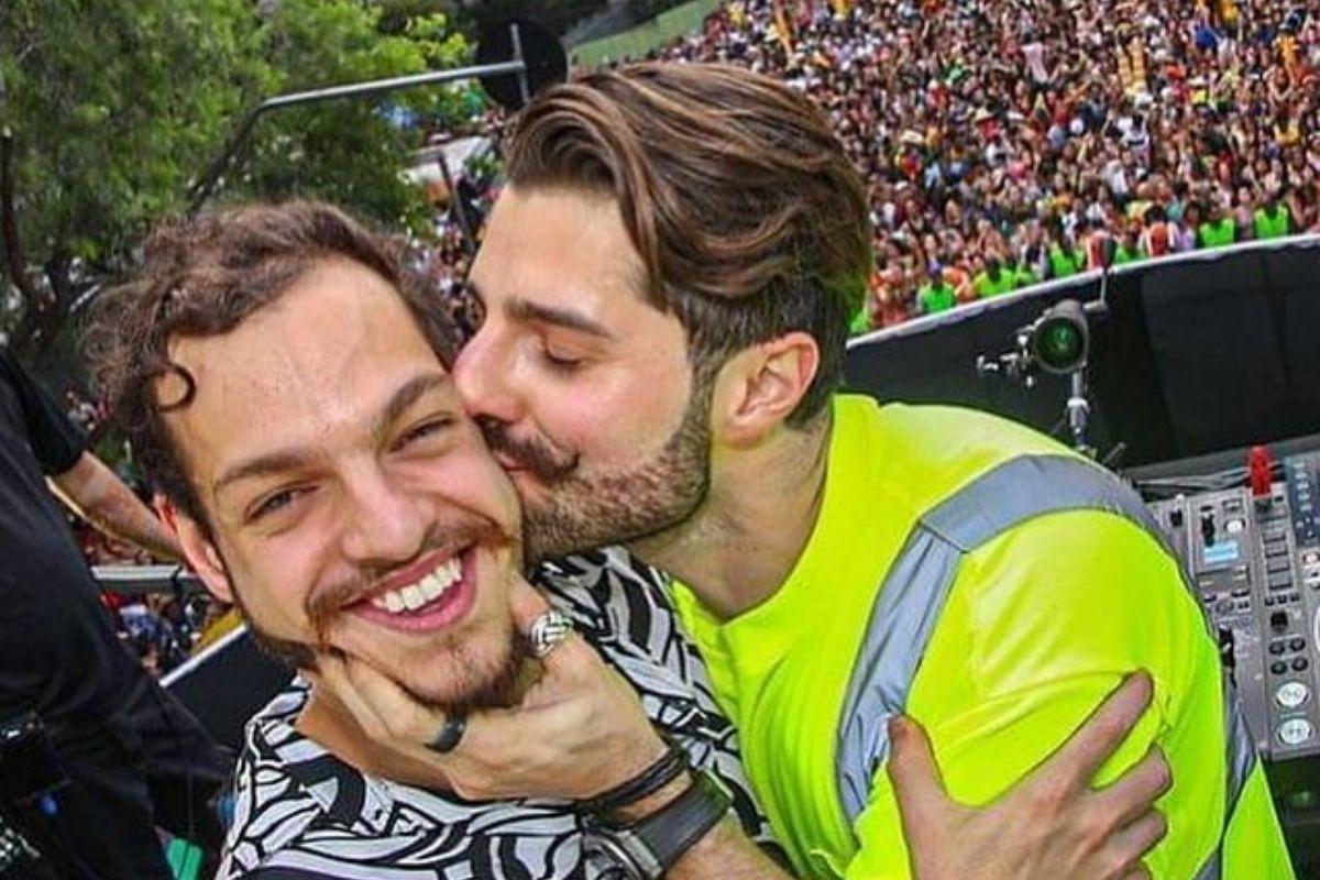 Foto de Alok dando um beijo na bochecha do irmão, Bhaskar