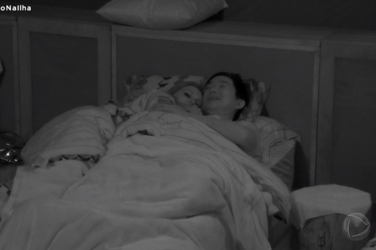 Antonela e Pyong na cama