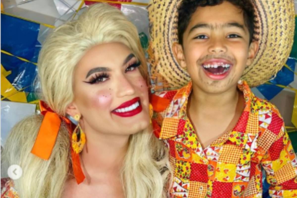 aretuza lovi e o filho noah vestidos em festa junina, se abraçando e sorrindo