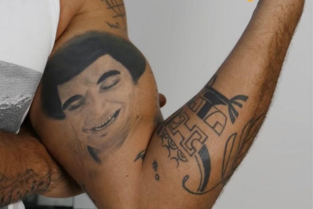 A tatuagem de uma caricatura em homenagem a João Nogueira, pai de Dio Nogueira