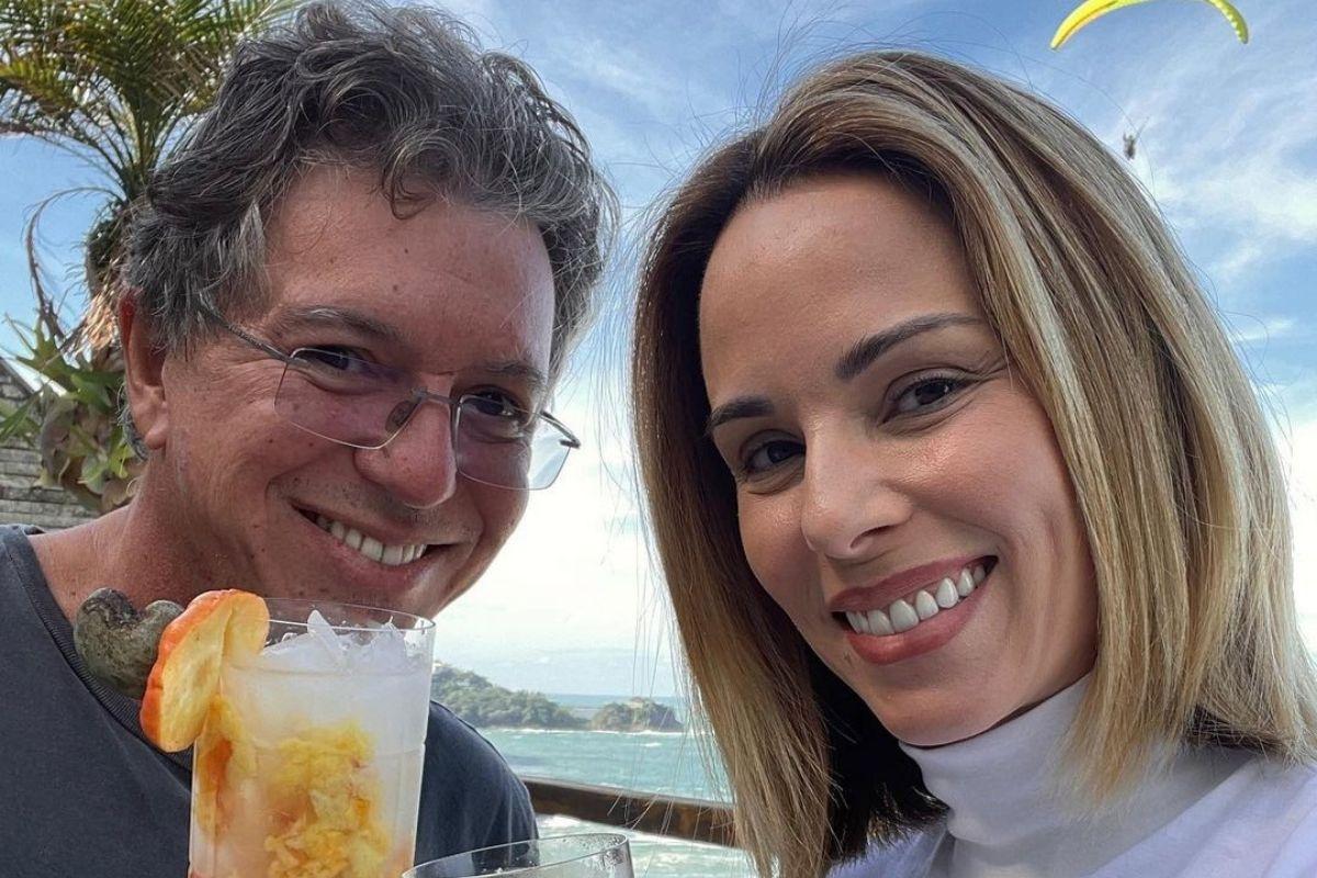 Selfie de Boninho segurando um copo e ao lado de Ana Furtado sorridente