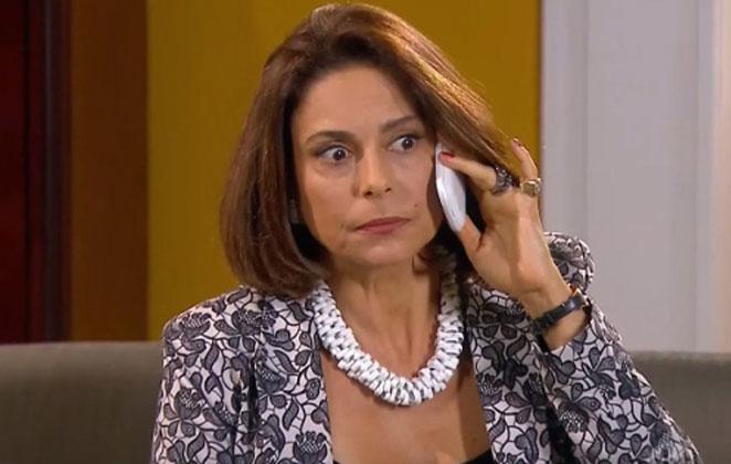 Carmen fala com o advogado pelo celular