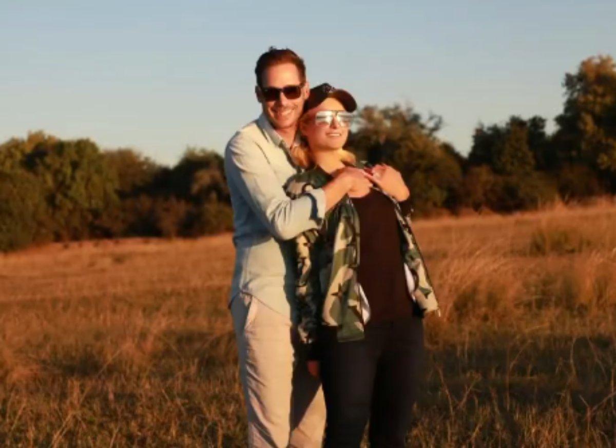 Carter Reum abraça Paris Hilton no campo