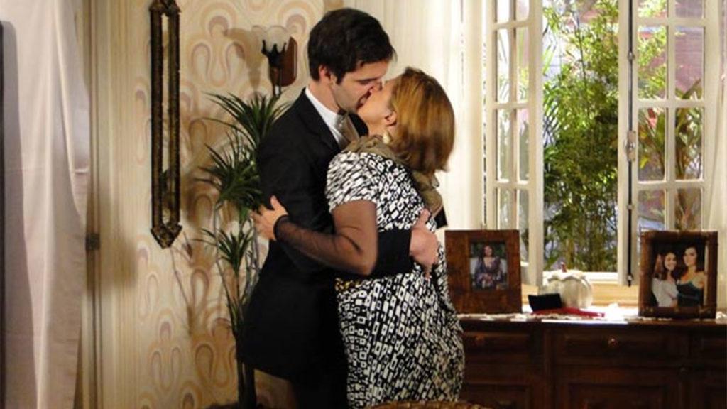 Chico agarra Nicole, após ela usar o batom de Victor Valentim