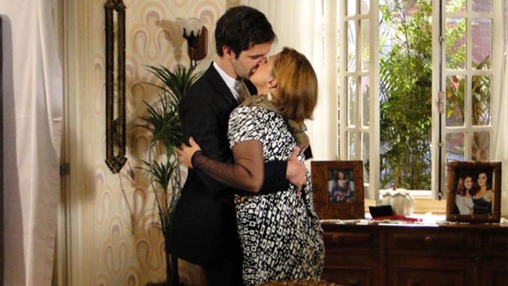 Chico agarra Nicole, após ela usar o batom criado por Victor Valentim