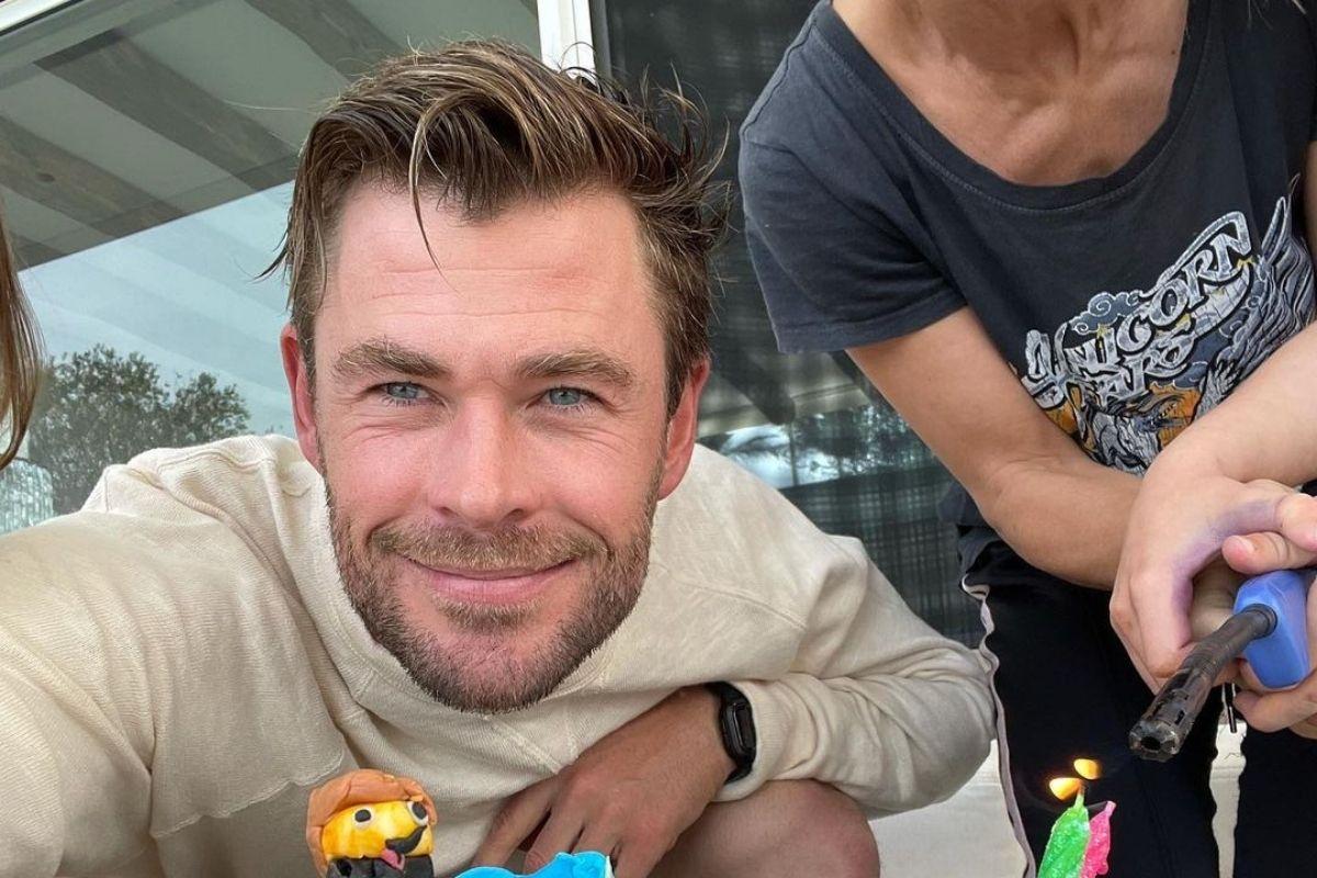 Chris Hemsworth em selfie de aniversário