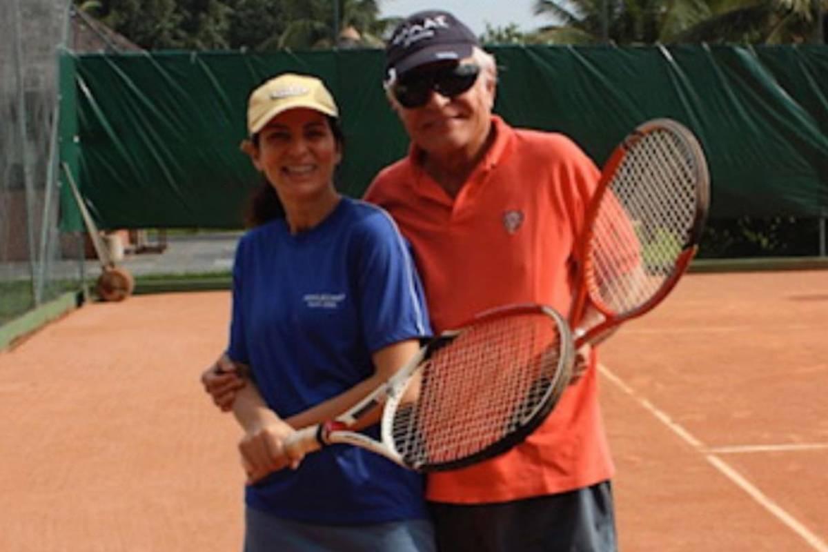cid moreira e fátima sampaio com roupas de tênis e segurando raquetes na quadra