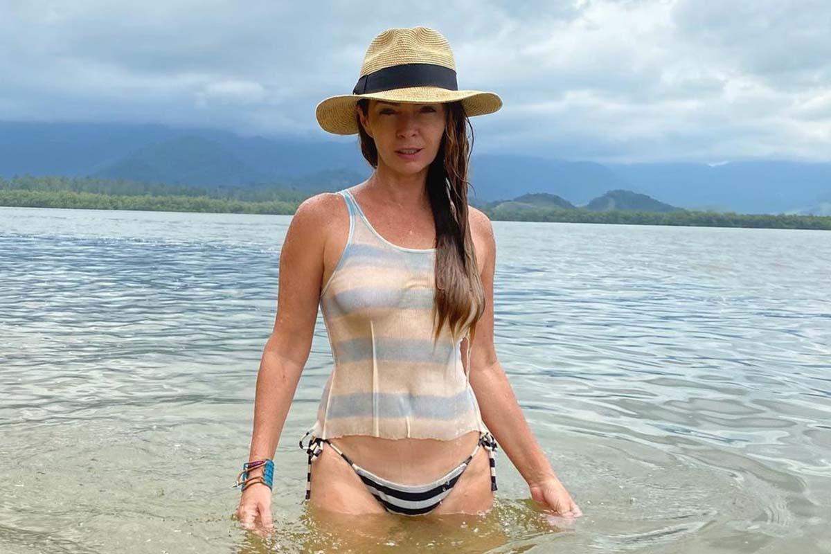Claudia Ohana na praia