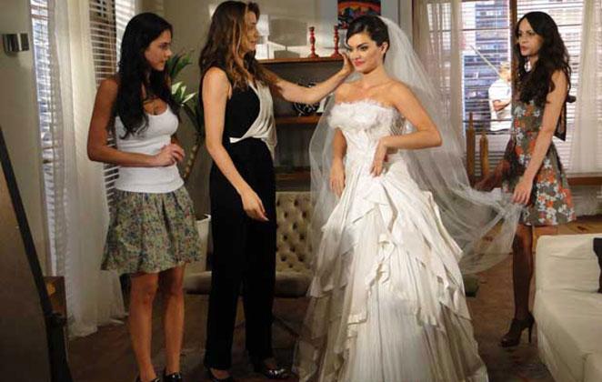 Desirée experimenta seu vestido de noiva