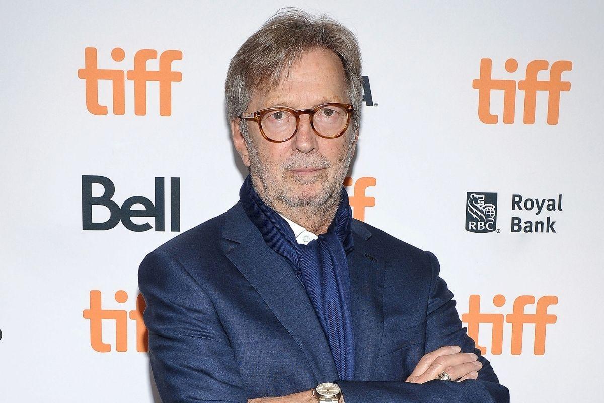 Eric Clapton de braços cruzados