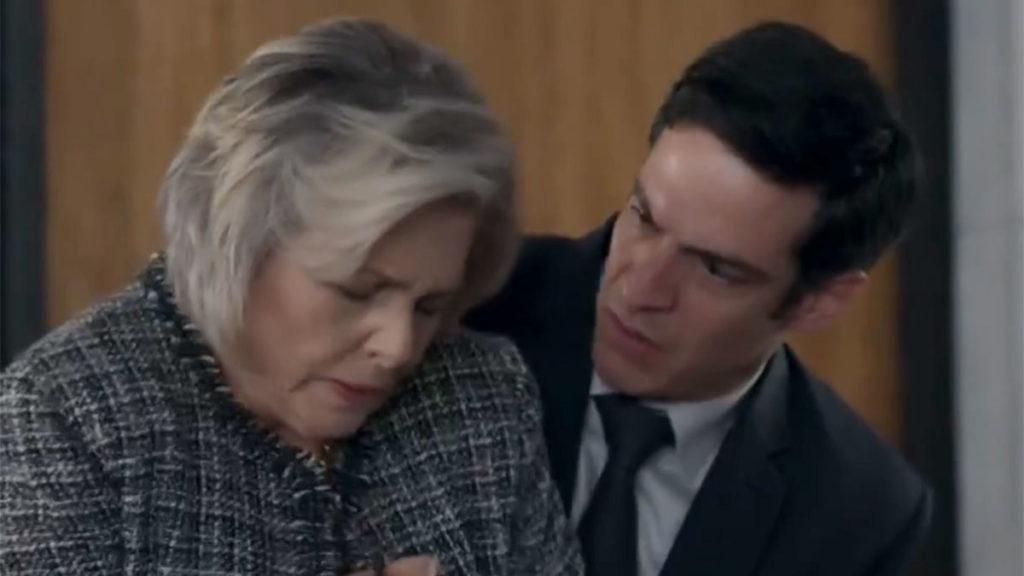 Eric socorre Sabine, que passa mal na empresa
