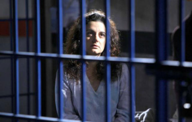 Carol vai até a cadeia visitar Ernestina