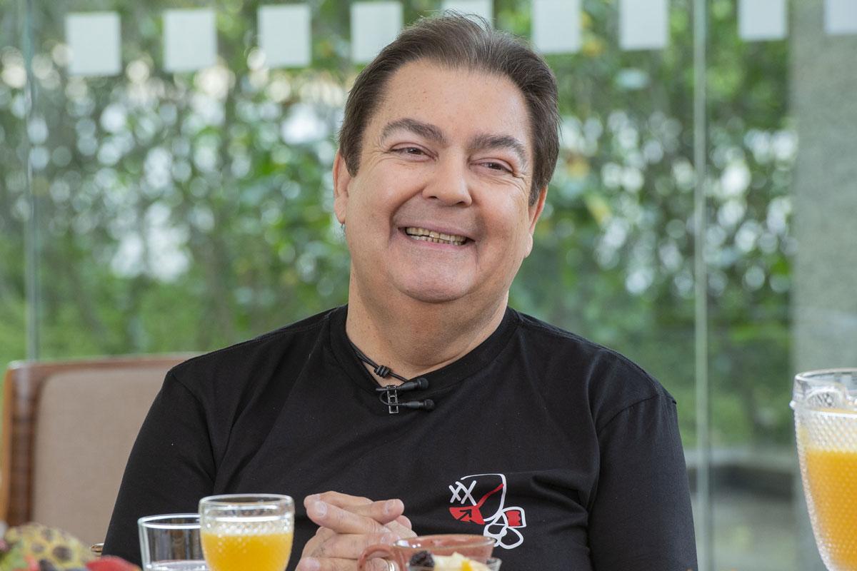 Foto de Fausto Silva sorrindo em foto em participação no Mais Você