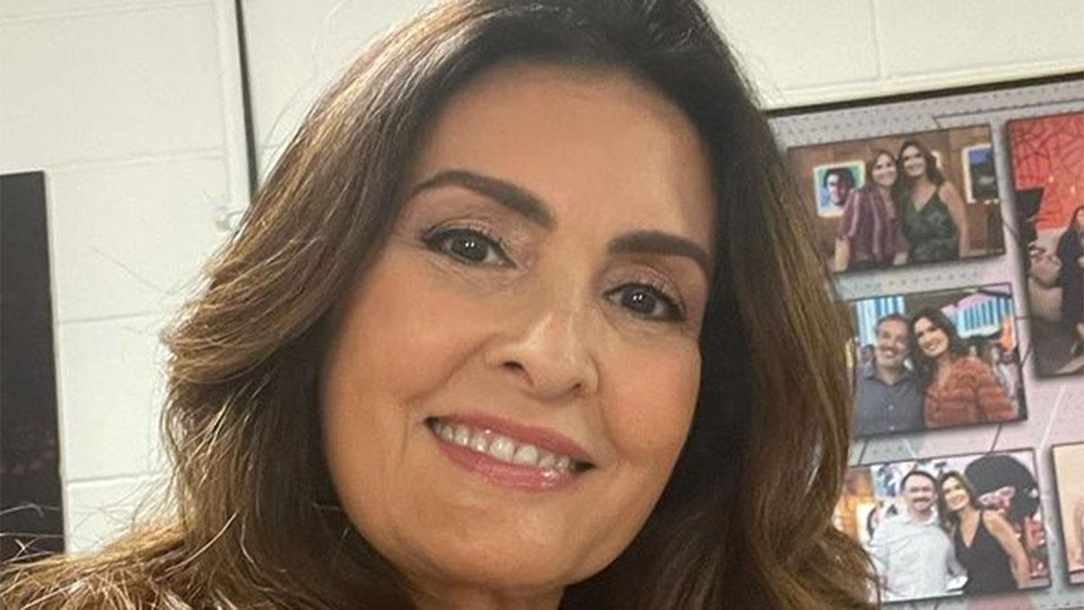 Fátima Bernardes com maquiagem leve e sorrindo