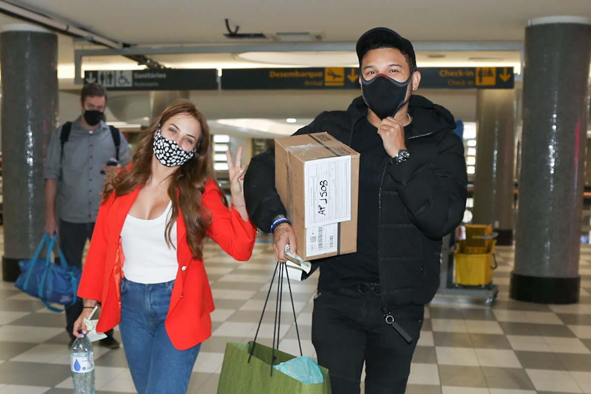 Gabi Martins e Tierry mostram sintonia em aeroporto