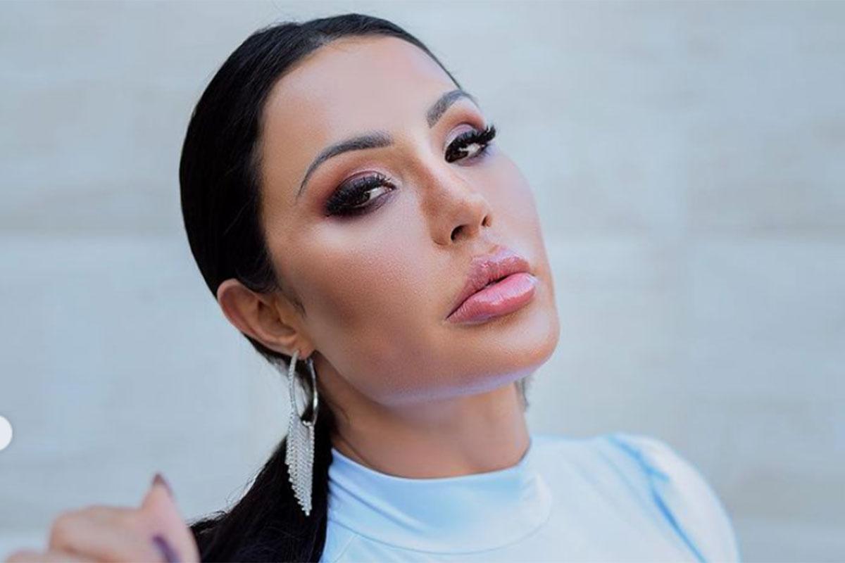 Gracyanne Barbosa em um close sensual, olhando para a câmera, maquiada