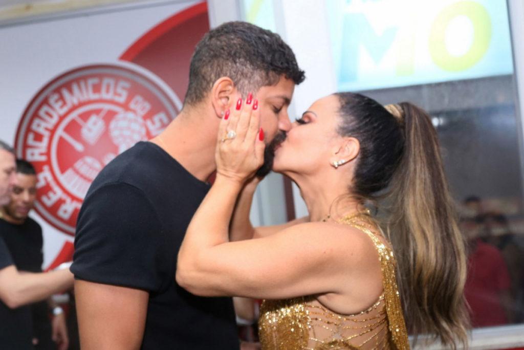 Beijos entre Guilherme Militão e Viviane Araújo