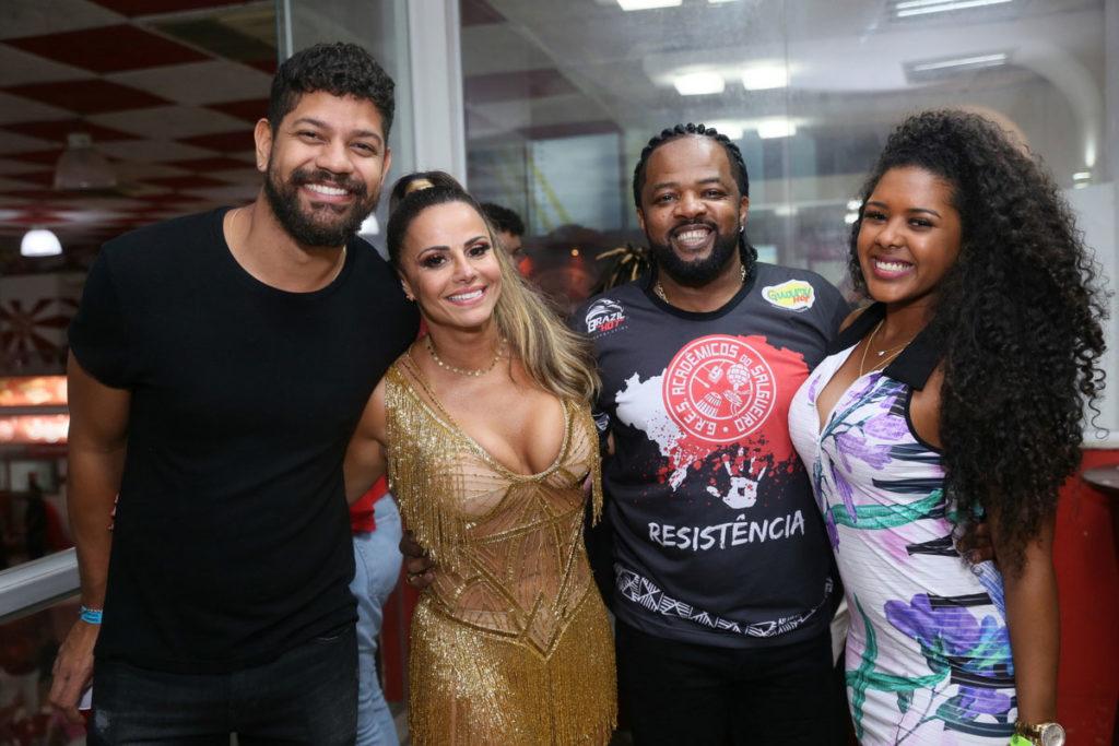 Guilherme Militão com Viviane Araújo abraçados com Cande de Pilares e Thay Pereira