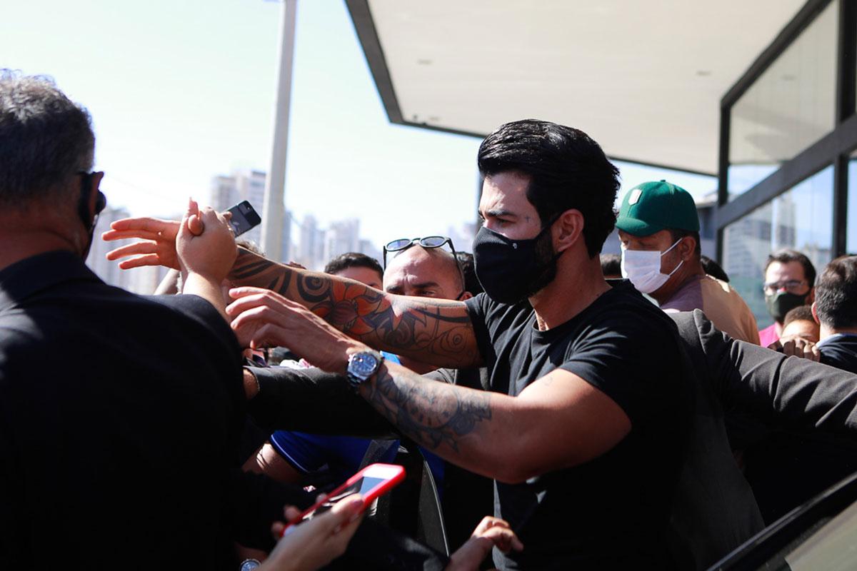 Gusttavo Lima causa aglomeração em saída de evento
