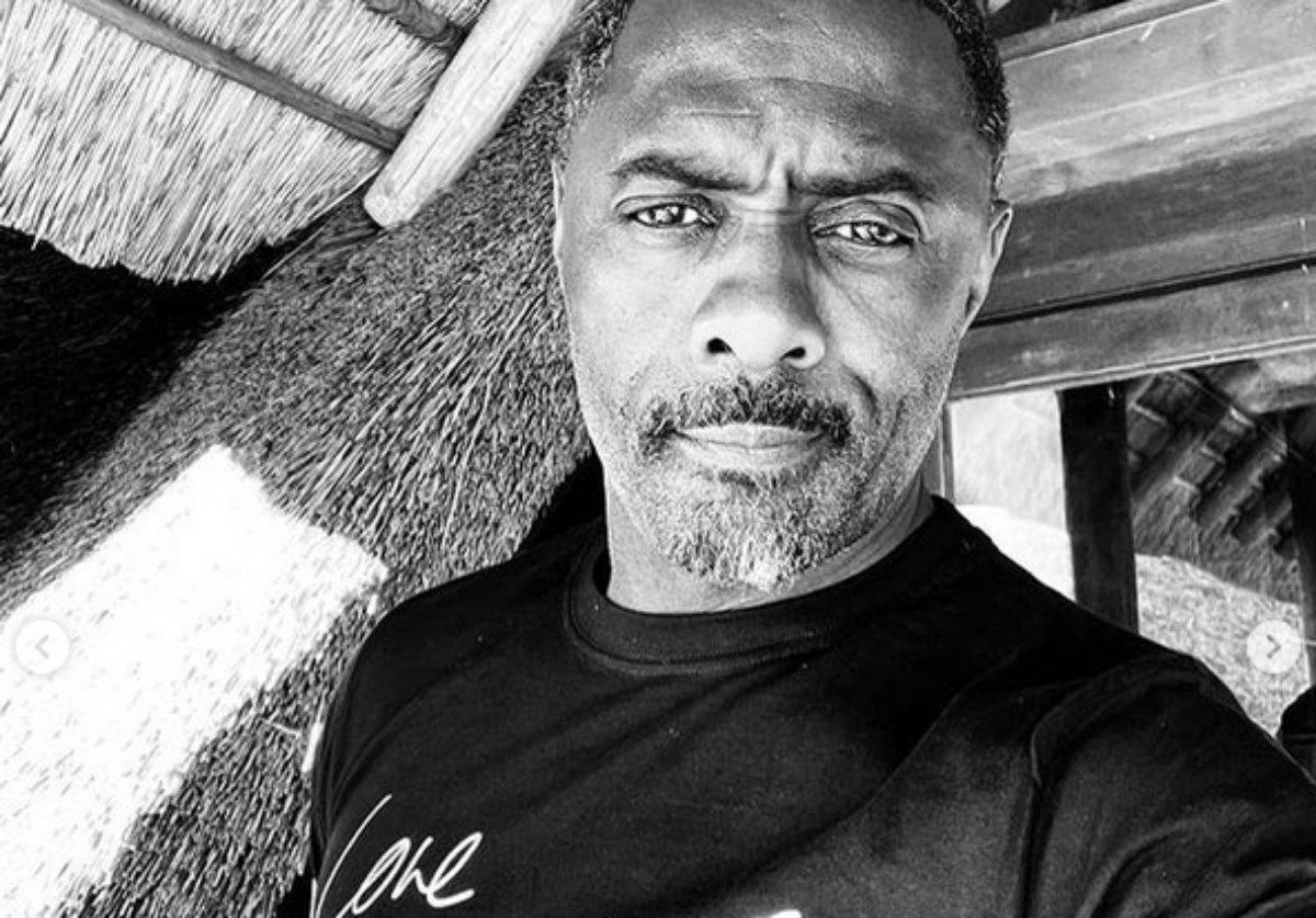 Idris Elba em foto em preto e branco