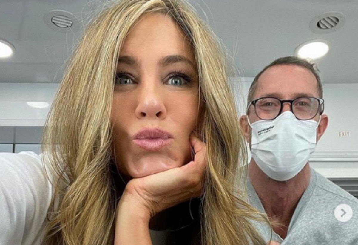 Jennifer Aniston manda beijo em foto com seu cabeleireiro