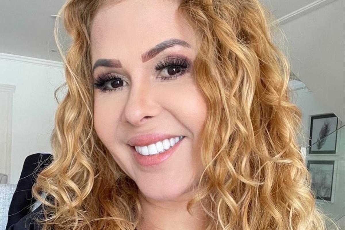 joelma posando sorridente com cabelos volumosos e ondulados