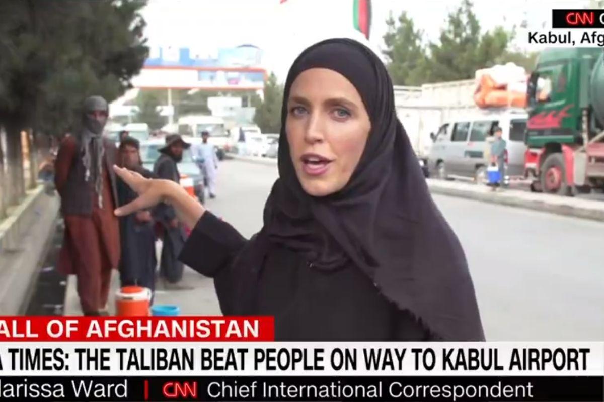 Jornalista Clarissa Ward fazendo reportagem no Afeganistão