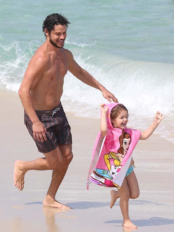 José Loreto brinca muito com a filha Bella na praia