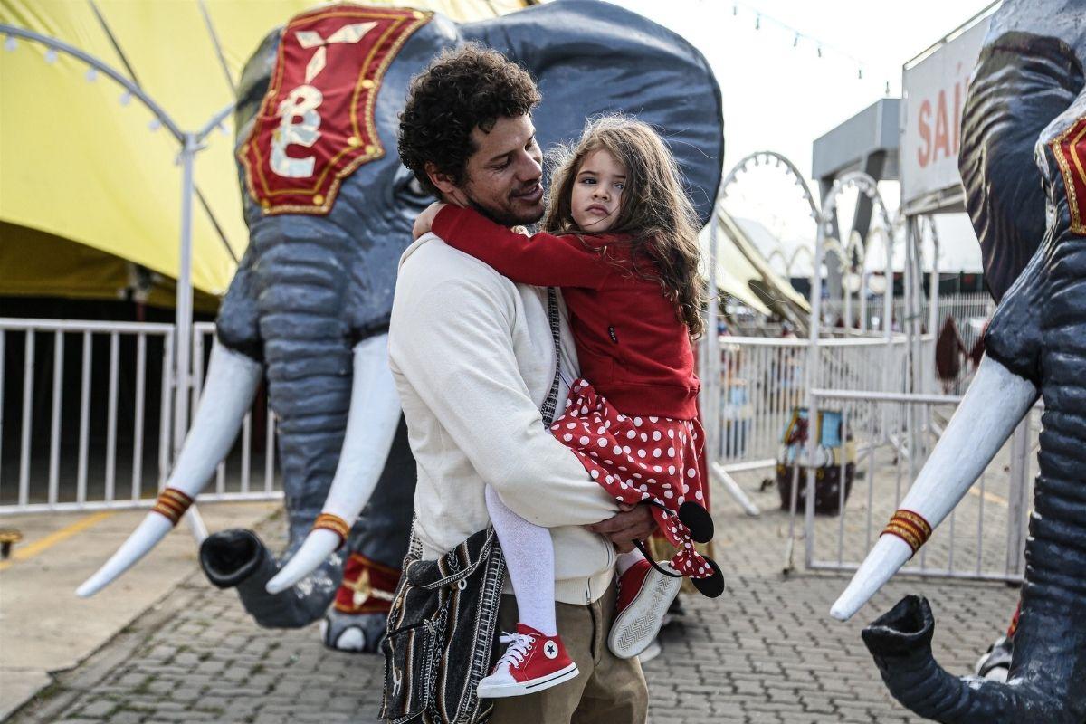 José Loreto com a filha Bella no circo